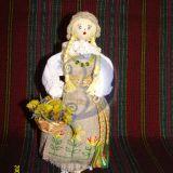 lėlė lietuvaitė su gėlėmis