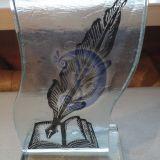 Stiklinė knyga su plunksna