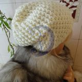 balta šilta kepurė
