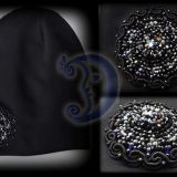 Trikotažinė kepurė puošta sagėmis