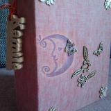 Medinėmis detalėmis dekoruotas albumas