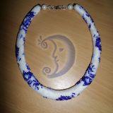Baltai mėlynas gėlėtas vėrinys