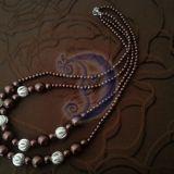 Rudų perlų vėrinys