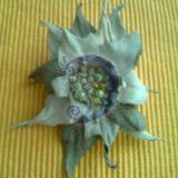 Žalsvai pilka gėlė